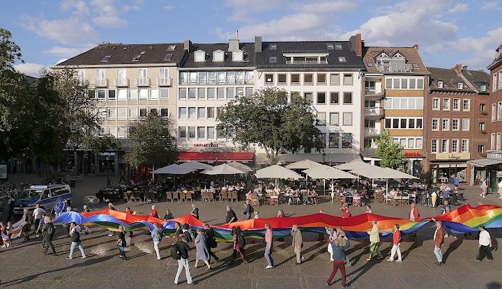Friedensdemo: Riesige Regenbogenfahne wird durch die Aachener Innenstadt getragen.