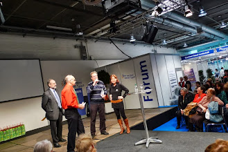 Photo: Frau Fasnacht übergibt dem Sieger den Preis von Fr. 2000.- Der Gewinner bedankt sich.