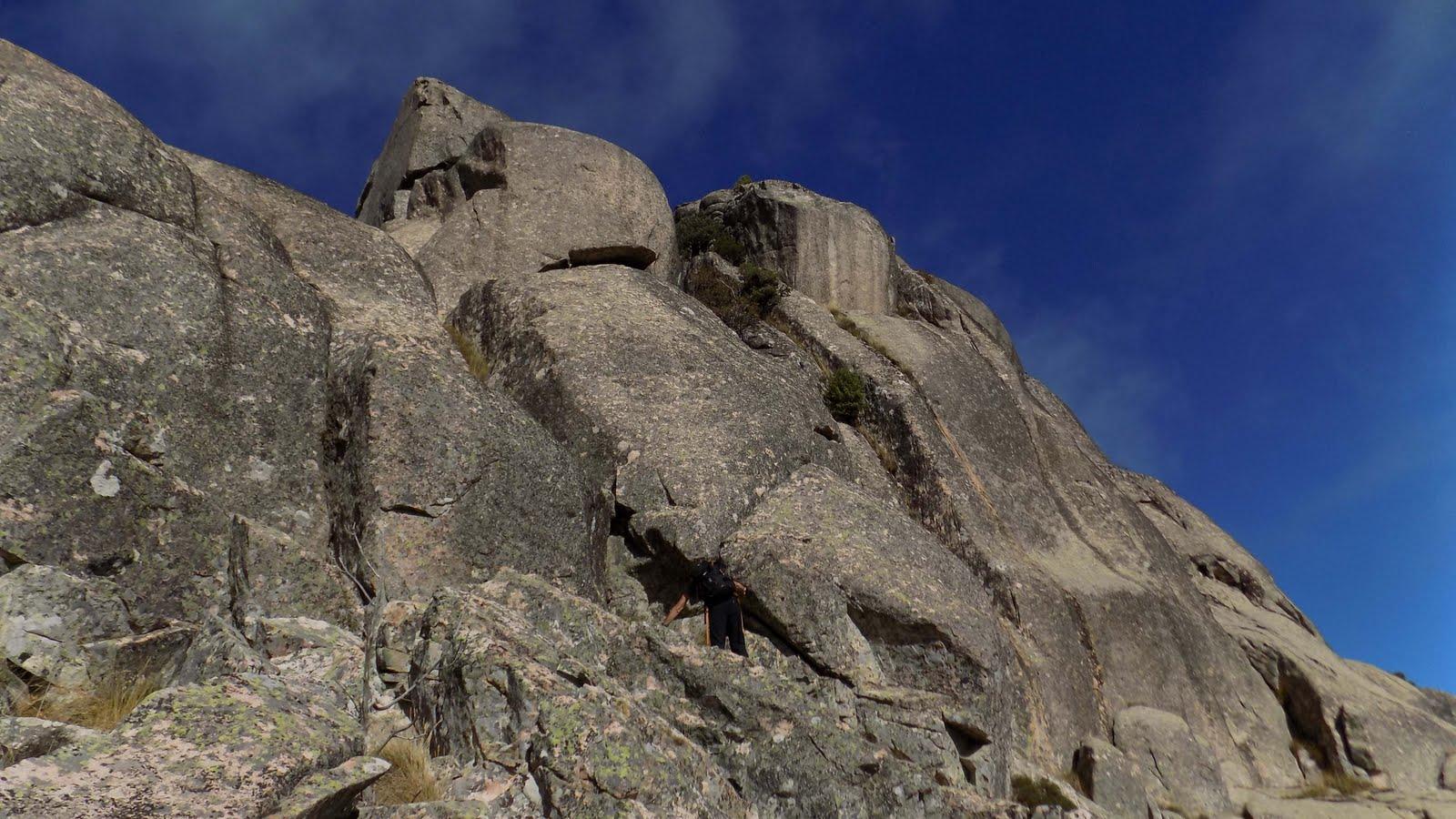 Tentative de montée au sommet principal par un couloir rocheux (photo Olivier Hespel)