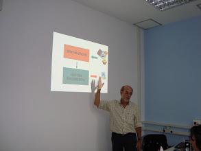 Photo: Lucas Tofolo apresentando a Bookscan2004, máquina de digitalização.