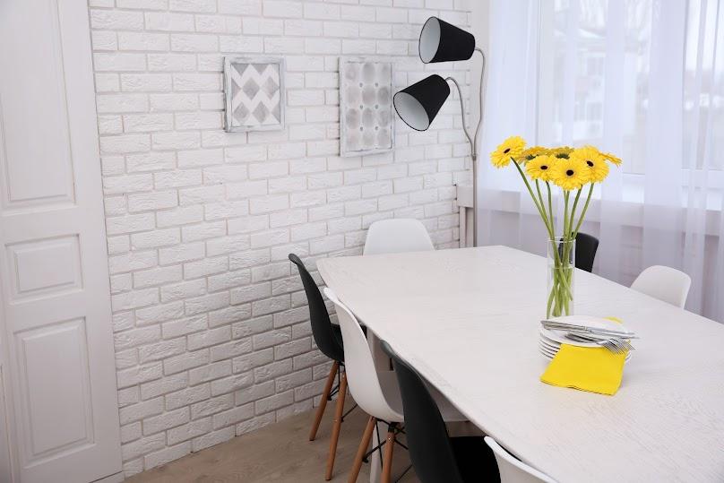 Biały kamień dekoracyjny w jadalni