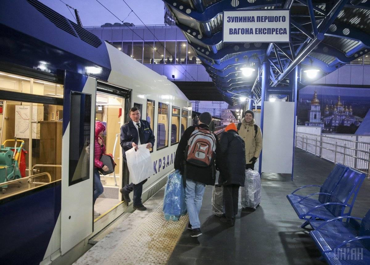 Пасажири, які приїхали швидкісним експресом з аеропорту «Бориспіль», виходять на перон Центрального залізничного вокзалу у Києві, 30 листопада 2018 року