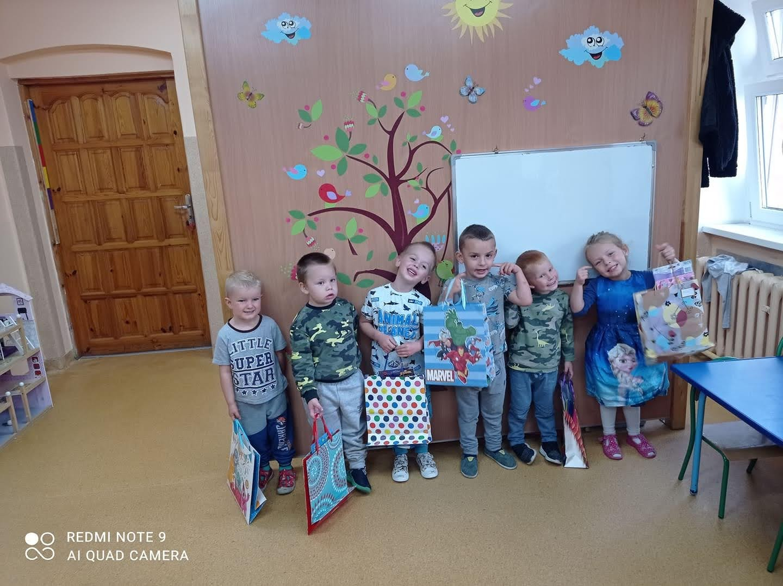 Dzieci w przedszkolu obchodzą dzień chłopca