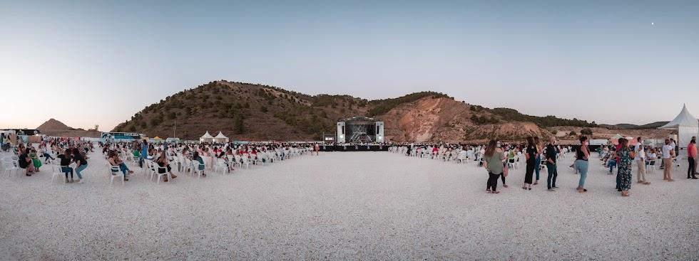 La explanada del concierto, frente a la cantera de mármol