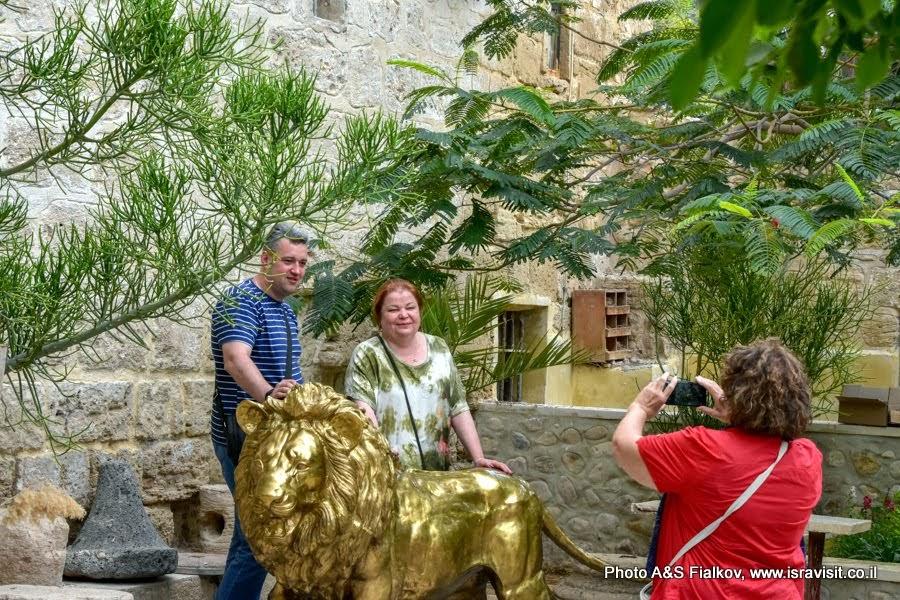 Гид в Израиле Светлана Фиалкова с туристами на индивидуальной экскурсии в Православном монастыре Св. Герасима Иорданского. Фотография с знаменитым львом Герасимуса Иорданского. Иудейская пустыня. Израиль.