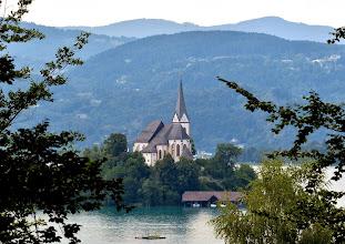 Photo: Pfarrkirche Maria Wörth auf einer Halbinsel am Wörthersee.