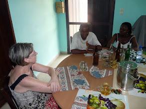 Photo: Dîner très amical chez Emile et Eléonore, après une longue journée de labeur près des handicapés. Même la table est confectionnée avec des panneaux assemblés envoyés par le CTM.