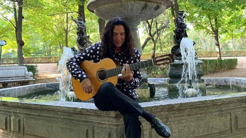 José Fernández Torres, Tomatito, en una imagen reciente, tocando en una de las fuentes de los jardines de Aranjuez.