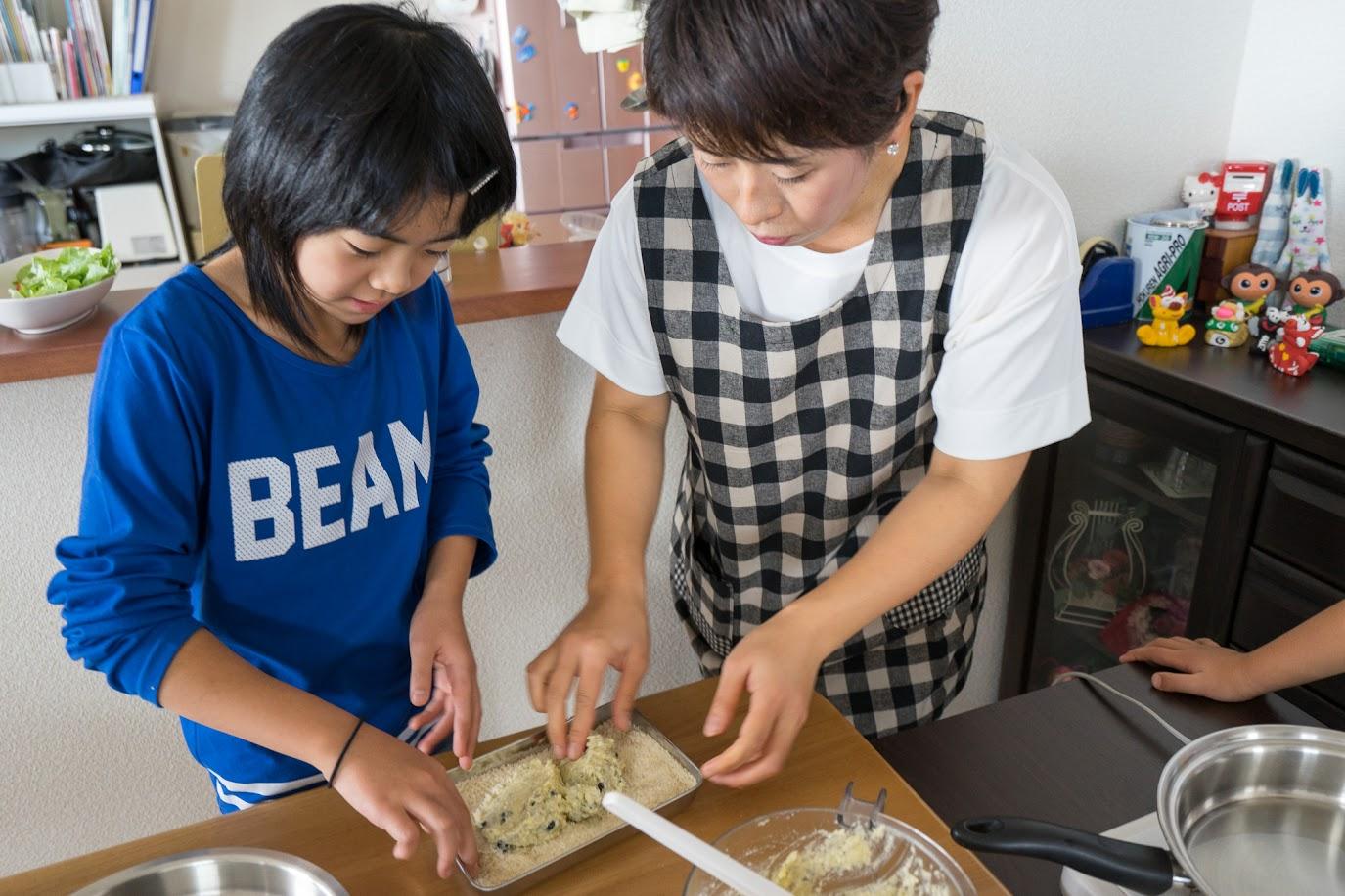 黒千石入りエビカツ:お好みの大きさに丸め、パン粉をまぶす