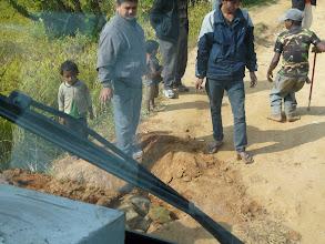 Photo: Dabei müssen auch Löcher in der Straße noch gestopft werden.