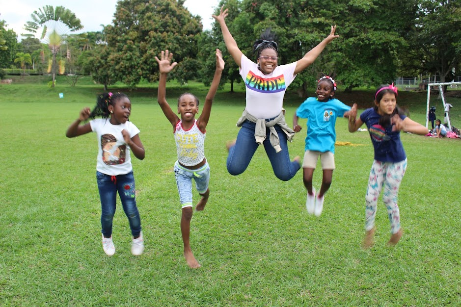 4 niñas saltan en la cancha de fútbol del Seminario Mayor San Pedro Apóstol, al sur de Cali, durante la Asamblea de Semilleros de Pastoral Afro (2019-10-13)