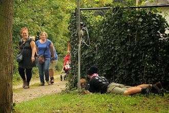 Photo: De slechterikken liggen op de loer, maar deze groep weet dat ze dan op een lijn moet gaan lopen om veilig te zijn.
