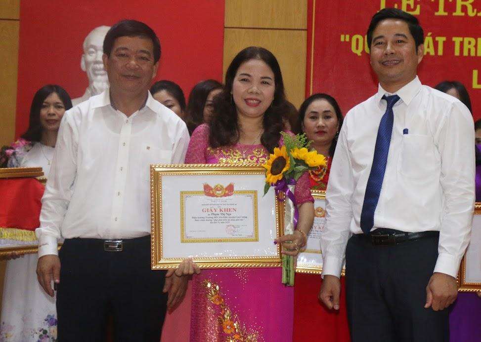 """Cô Phạm Thị Nga vinh dự trở thành 1 trong 24 giáo viên trong toàn tỉnh được nhận Giấy khen tại Lễ nhận thưởng Quỹ """"Phát triển tài năng giáo dục"""" lần thứ 16 vừa qua"""