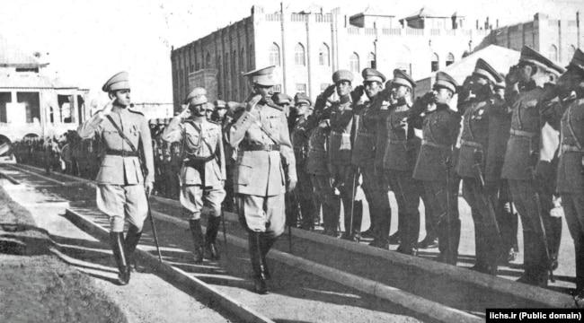 Шах Реза Пехлеви (в центре) и его сын, наследный принц Мохаммед Реза Пехлеви (слева). Тегеран, август 1941 года