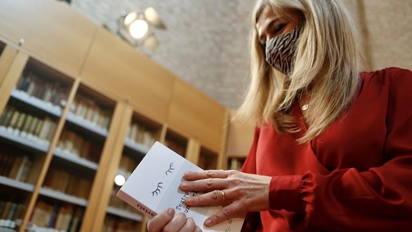 Patricia del Pozo, con un ejemplar de la obra presentada hace unos días.