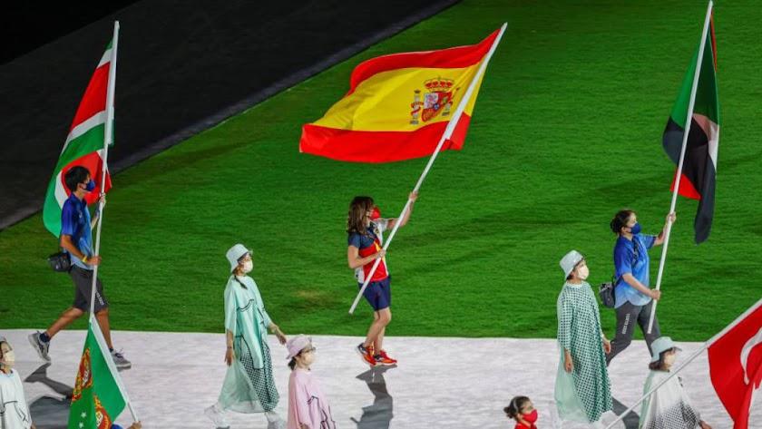 Sandra Sánchez portando la bandera de España.