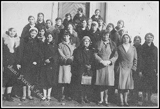 Photo: Dziewczęta z Katolickiego Stowarzyszenia Młodzieży Żeńskiej (z domowego archiwum Rodziny Urbanów)