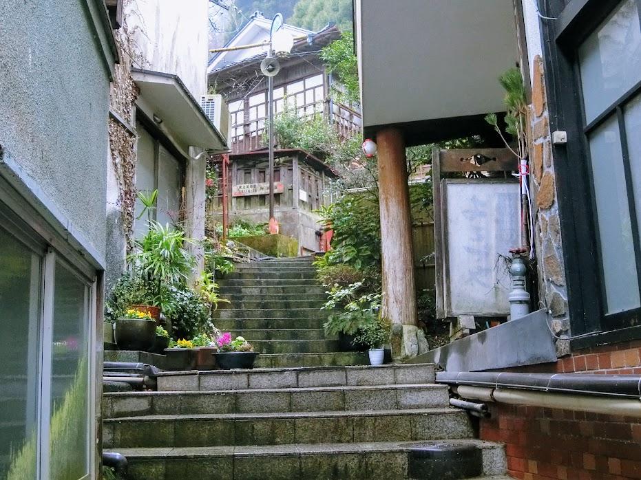 温泉街裏の路地