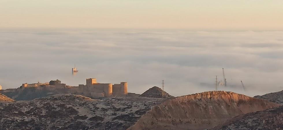 Otra imagen captada por Antonio Martínez con la Alcazaba entre nubes y, al fondo, la torre de Salvamento Marítimo