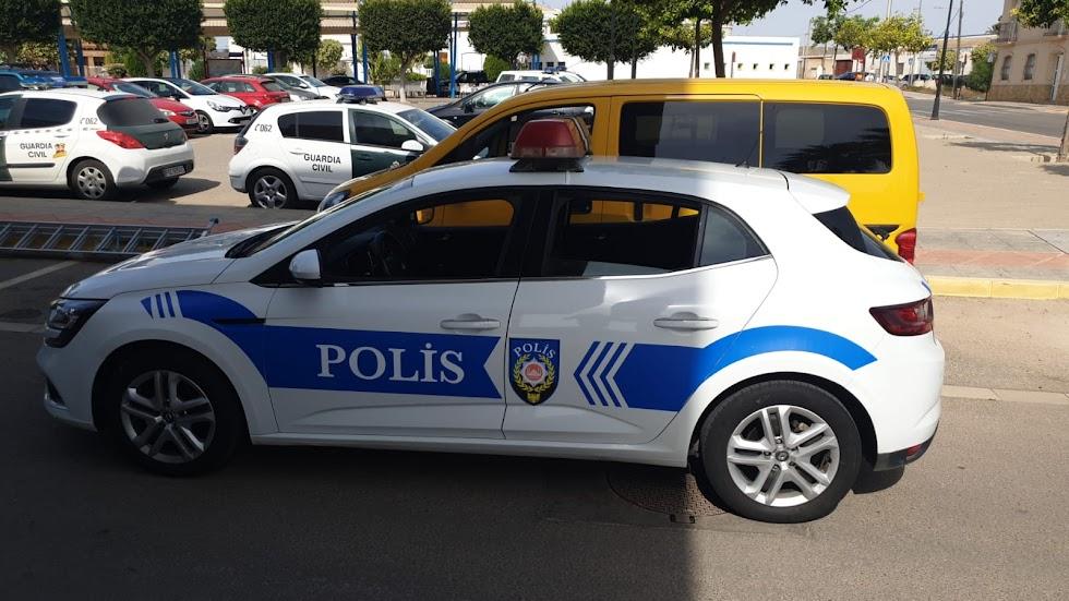 Un coche preparado como un vehículo policial turco.