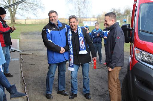 Ein strahlender Andreas Roggenbuck (Vereinspräsident) und der mit dem Fanschal beschenkte Vorstandsvorsitzende der Sparkasse Uckermark, Wolfgang Janitschke, dem ebenfalls die Freude über das Ereignis und sein Geschenk anzusehen ist.