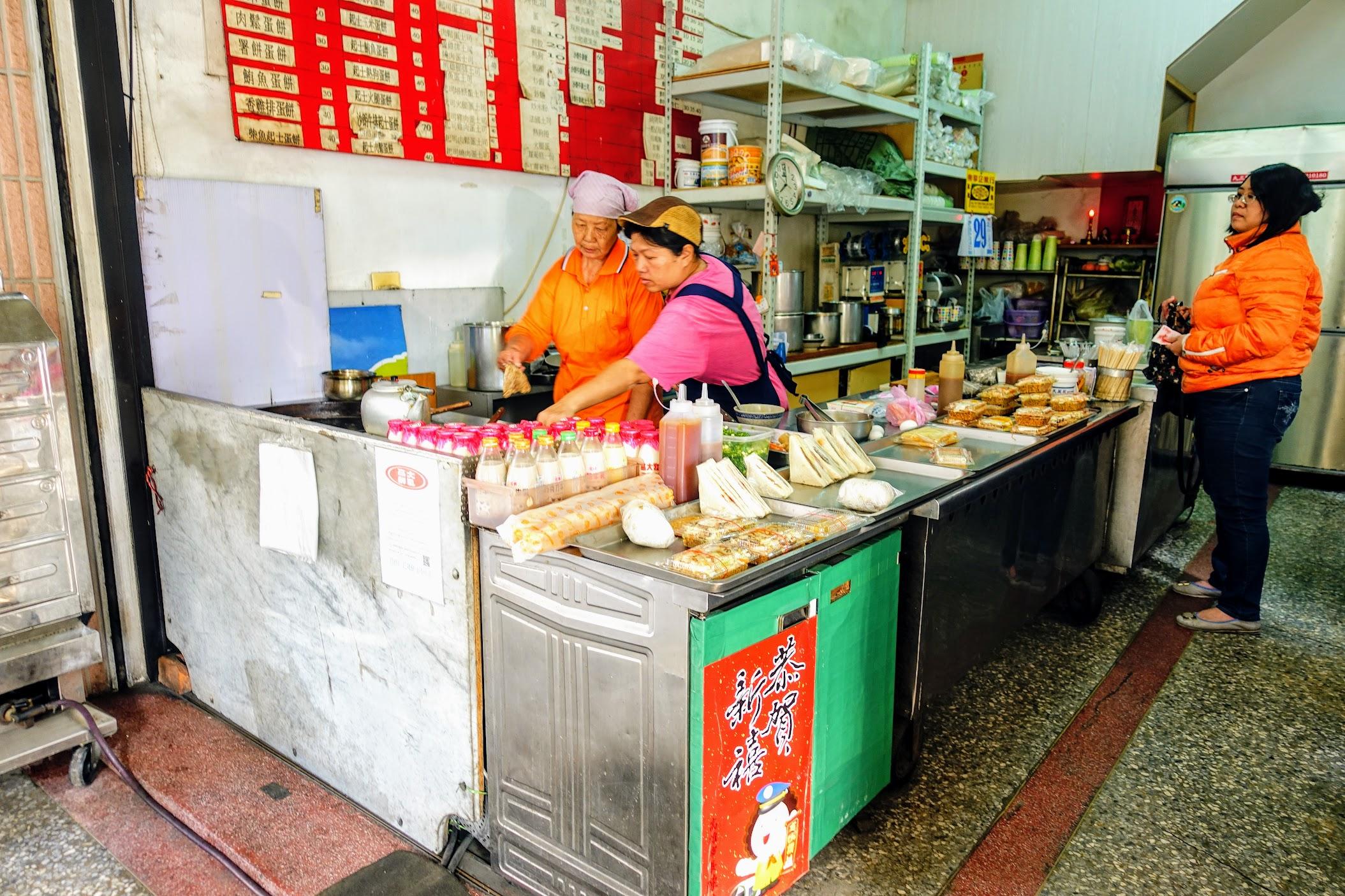 頗老式的早餐店,前面已經有些餐點可以自行帶走喔