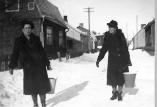 Photo: Vedenhakijat Anni ja Elli Palander Sopukadulla 1940-luvulla