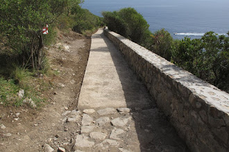 Photo: Inizia il secondo lungo tratto di cemento. A sinistra un fiocco di segnalazione (dimenticato) della gara di trail running di domenica 8.