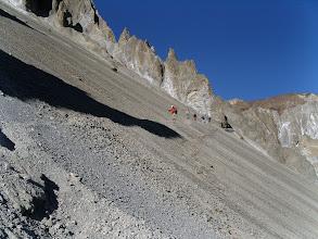Photo: Prudence des pierres descendent très régulièrement à toute vitesse ! Danger réel !!!