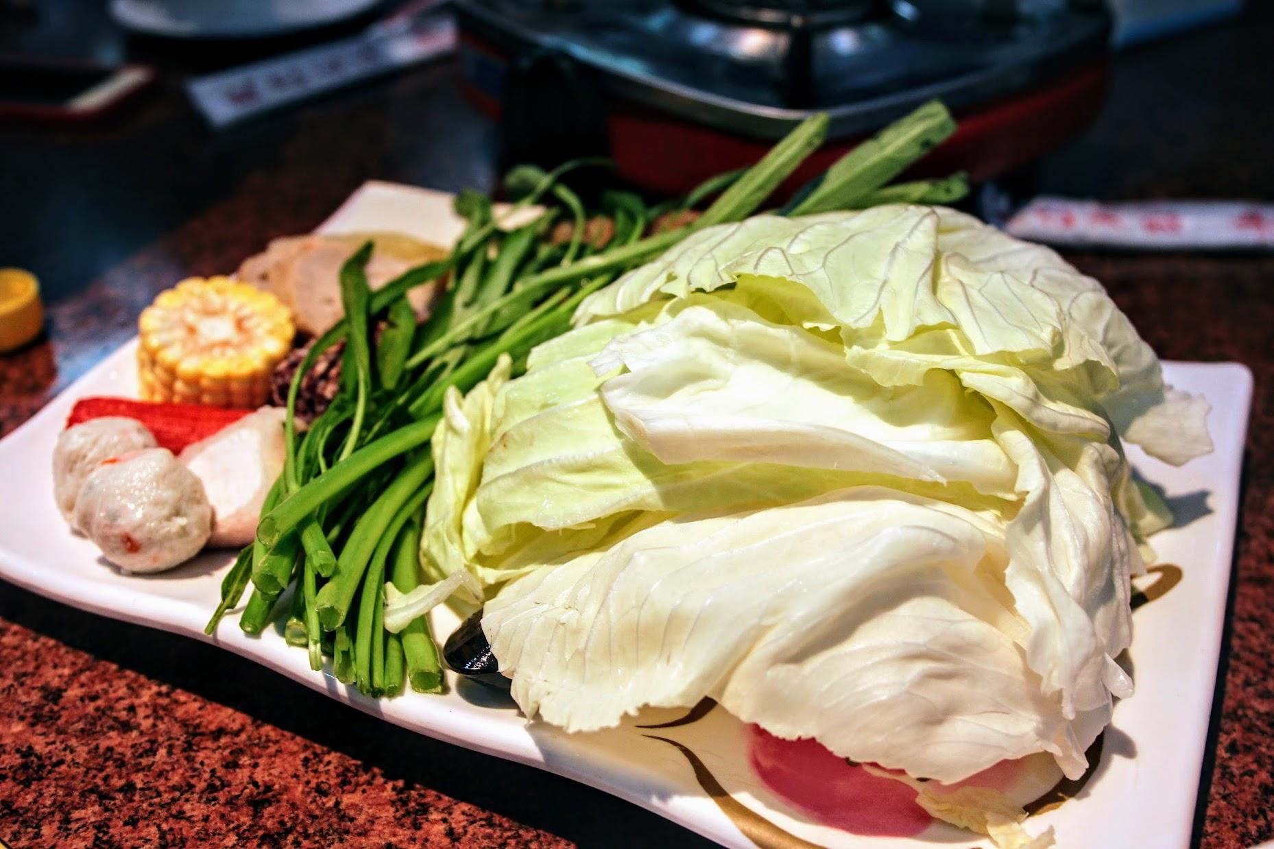 點一份鍋底就有一盤菜盤和一盤肉