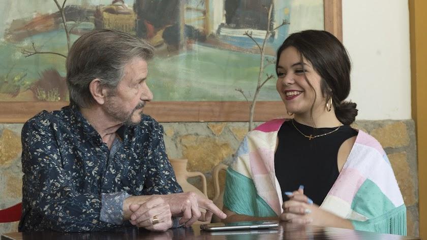 José Sorroche, junto a su nieta, María Martín Sorroche, en una visita de esta durante el pasado verano.