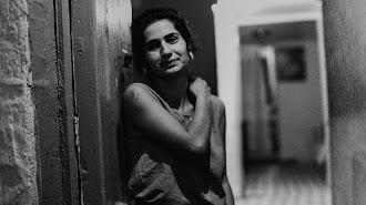 Retrato de una mujer captado en La Chanca que participa en la subasta solidaria.