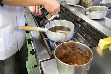 担々麺の素と黒カレールーを加え