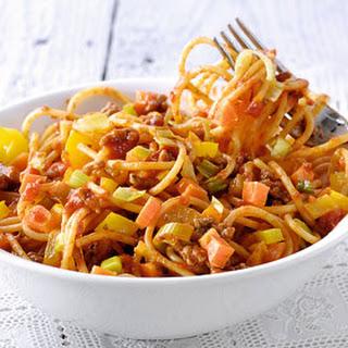 Vrolijke Spaghetti Met Gehakt, Paprika, Wortel En Prei