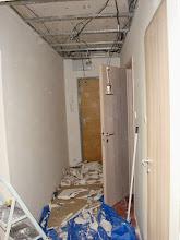 Photo: Špatná byla elektřina v celém bytě. Zde už je shozený strop v předsíni. Připravený pro elektroinstalaci