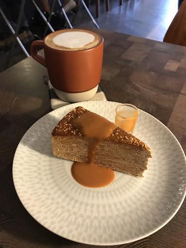 泰式奶茶千層 配 拿鐵 淡淡的奶茶香 不太甜 蛋糕表面有一點椰絲 好吃 👍🏻 但蛋糕價錢偏貴 ,甜點不可以單點