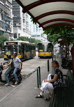 Photo: Bussipysäkillä Makaossa, jalka siteessä