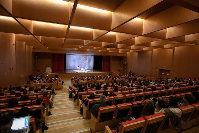 Cientos de jóvenes han acudido a la UAL para ver a Lledó.
