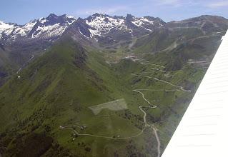 Photo: Vision aérienne de la route d'accès à la station de Luz-Ardiden