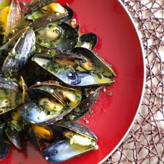 Garlicky Mussels With Curry Cream.