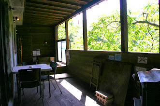 Photo: テラスのテーブル・椅子・ 薪ストーブ 露台上的桌子,椅子,火炉 table, chair, stove on terrace