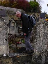 Photo: Michel, passionné par les pierres tombales anciennes