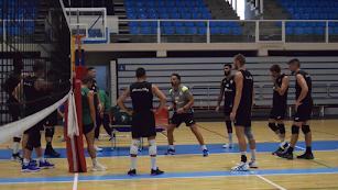 Manolo Berenguel trabajando con sus jugadores en la pista del Moisés Ruiz.