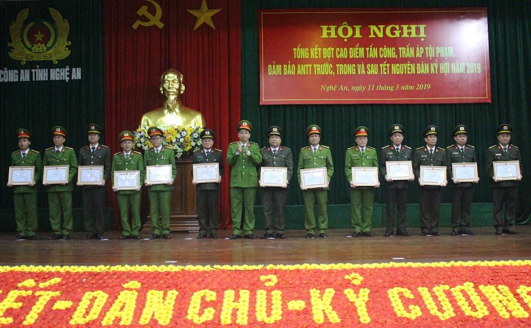 Đồng chí Đại tá Nguyễn Mạnh Hùng, Phó Giám đốc Công an tỉnh, Thủ trưởng Cơ quan CSĐT trao thưởng cho các tập thể, cá nhân đạt thành tích xuất sắc trong đấu tranh phòng, chống tội phạm - Ảnh: Mai Hậu
