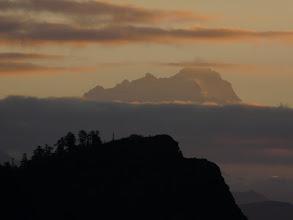 Photo: In der Ferne leuchtet das Manaslu Massiv wie eine Fata Morgana.