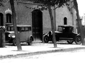 Photo: 1930 bij timmerfabriek Chabot bij de kruising Haagweg-Heuvelstraat stonden een paar moderne bolides van de directie..