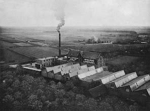 Photo: 1916 - GroenstraatVolt. Zuid. Algemeen, Luchtfoto. Voltterrein, fabriekscomplex Volt omstreeks 1916. Links op de achtergrond het kerkhof van Broekhoven en rechts op de achtergrond de boerderij van de familie Segers aan de Groenstraat. Waarschijnlijk is deze foto genomen vanuit de kerktoren van Broekhoven