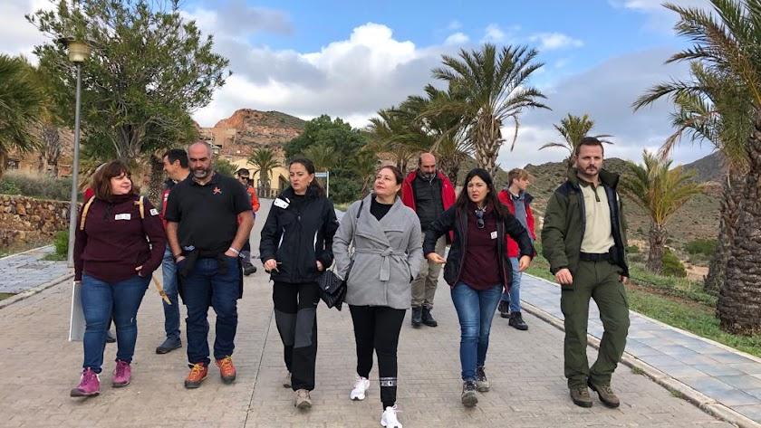 Carmen Crespo, consejera de Agricultura, junto a otras autoridades políticas en su visita a Cabo de Gata.