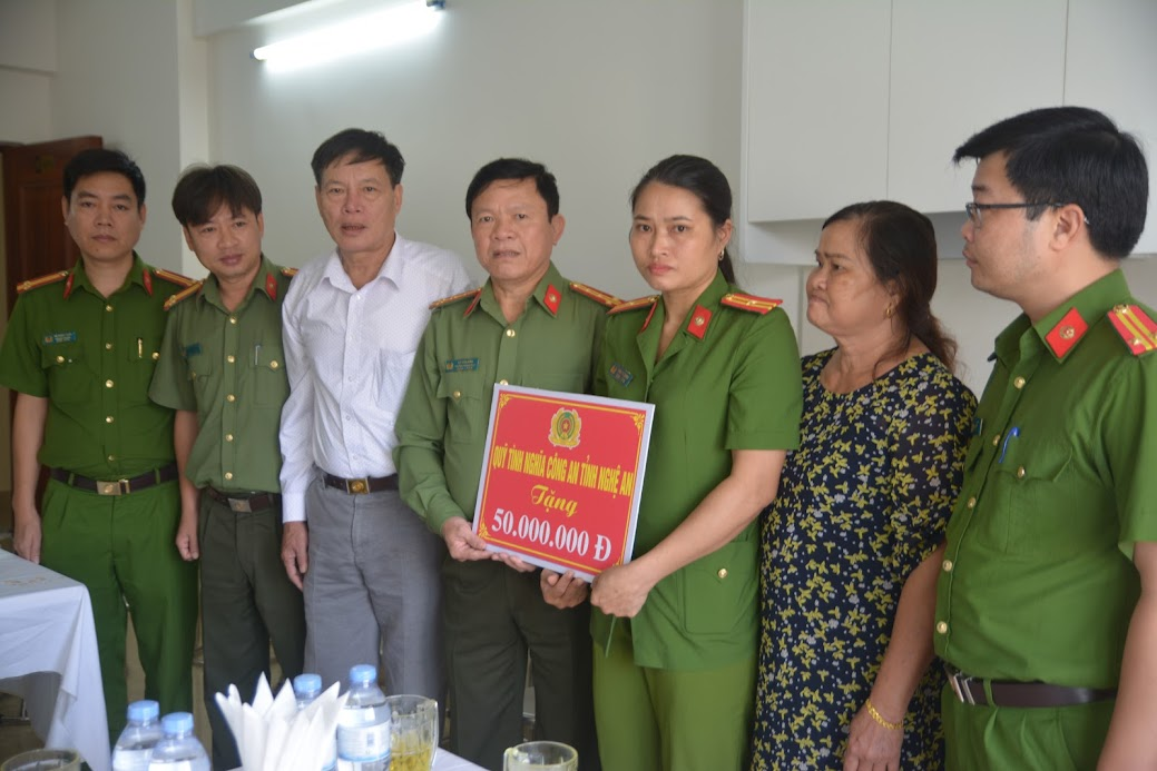 Đồng chí Đại tá Dư Văn Bình, Trưởng phòng Tổ chức cán bộ trao phần quà động viên từ Quỹ tình nghĩa Công an tỉnh Nghệ An.