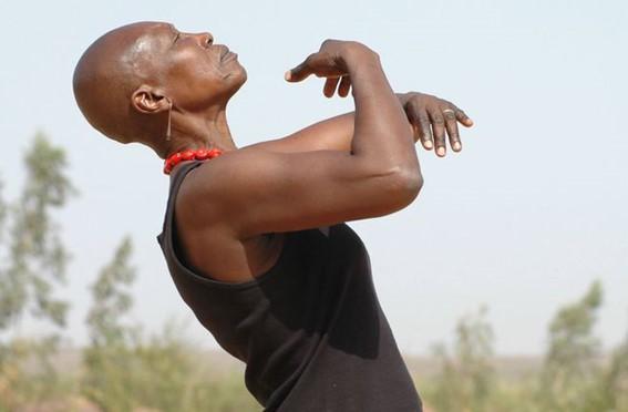 Una persona con los brazos abiertos  Descripción generada automáticamente con confianza media
